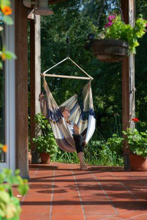 Závěsné houpací křeslo La Siesta Domingo Comfort - seasalt na terase