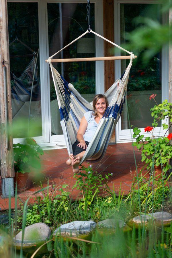 Závěsné houpací křeslo La Siesta Domingo Comfort - seasalt na zahradě