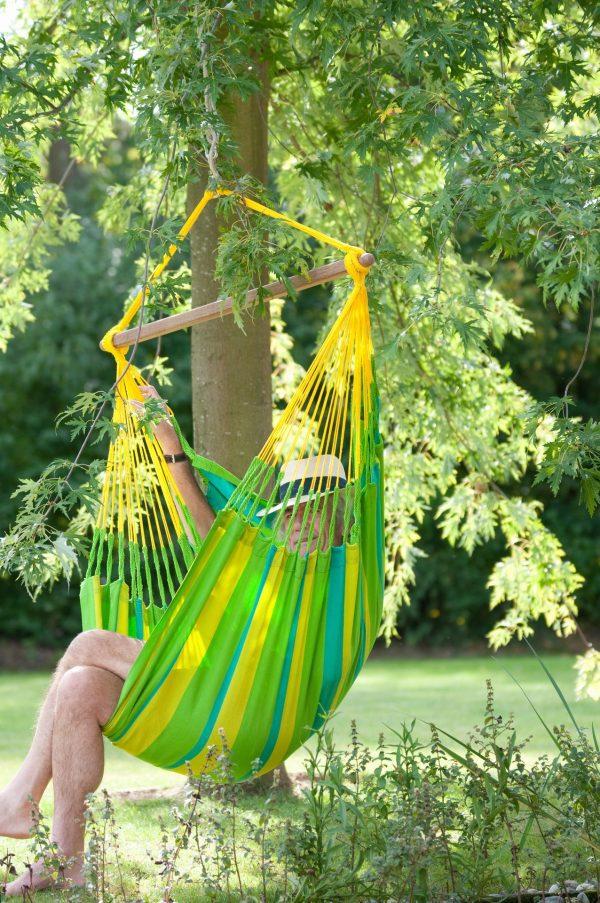 Závěsné houpací křeslo La Siesta Sonrisa Basic - lime na zahradě