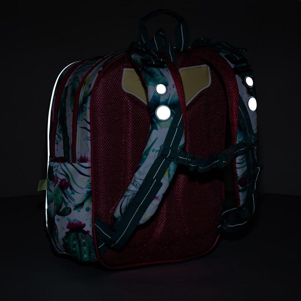 Reflexní prvky jsou i na ramenních popruzích batohu